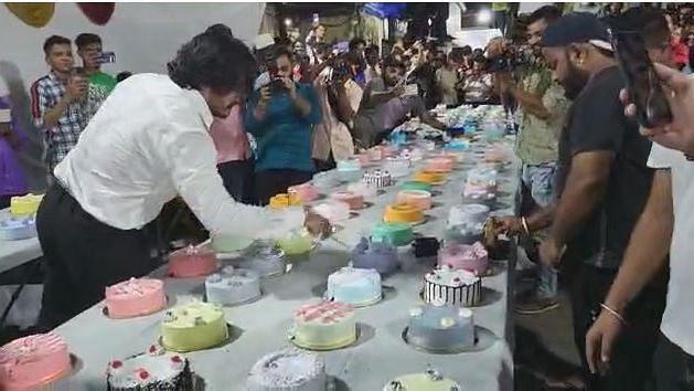 वाढदिवशी धुरळा... एकाच वेळी कापले ५५० केक, मुंबईतली घटना, पाहा व्हिडीओ