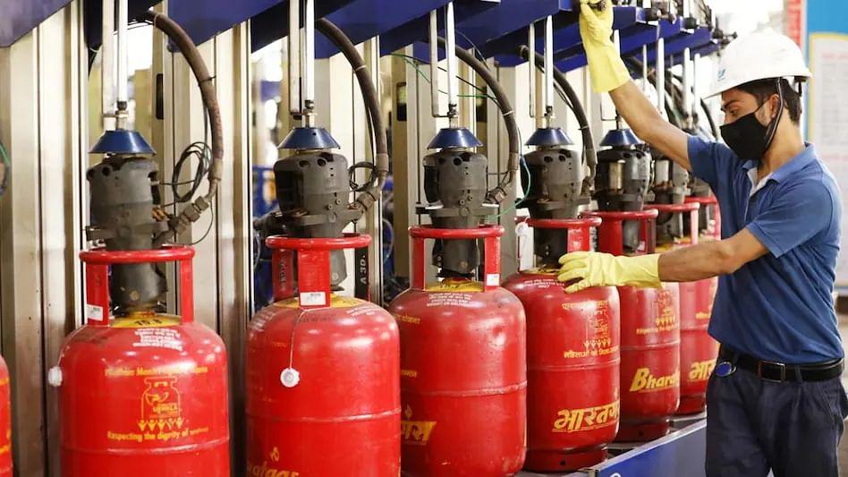 LPG Cylinder Price Hike: ऑक्टोबर महिन्याच्या पहिल्या दिवशीच महागाईचा झटका, सिलेंडर महागला