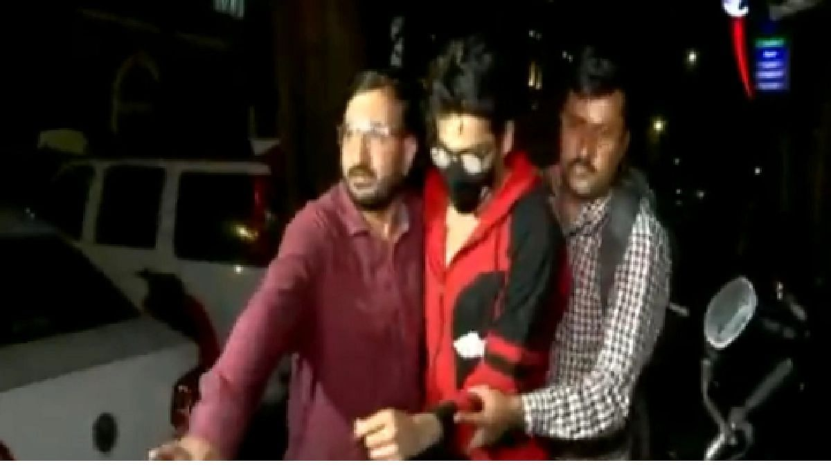 अभिनेता शाहरुख खानचा मुलगा आर्यन खान याला एनसीबी कार्यालयात घेऊन जाताना अधिकारी.