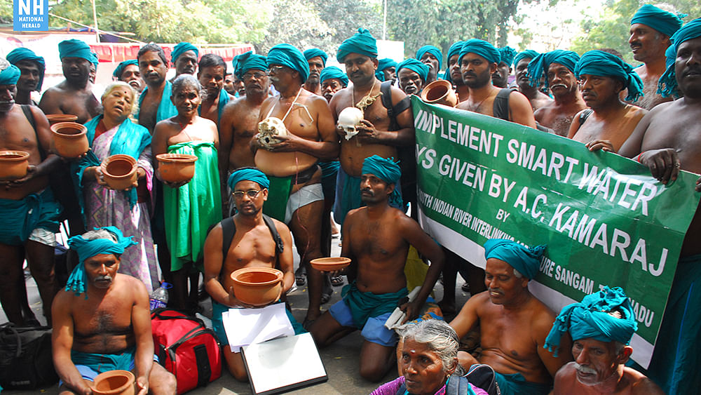 Dramatic protest by Tamil Nadu farmers at Jantar Mantar, Delhi