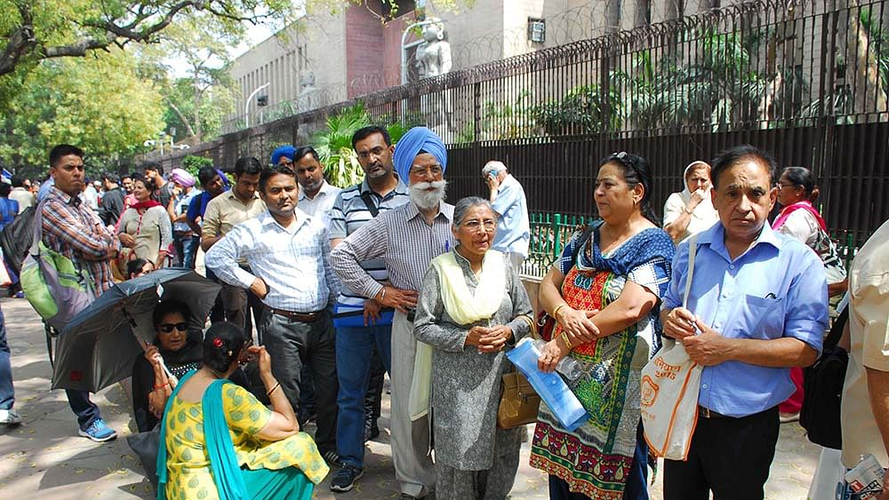 NRIs queue up at RBI to exchange currency