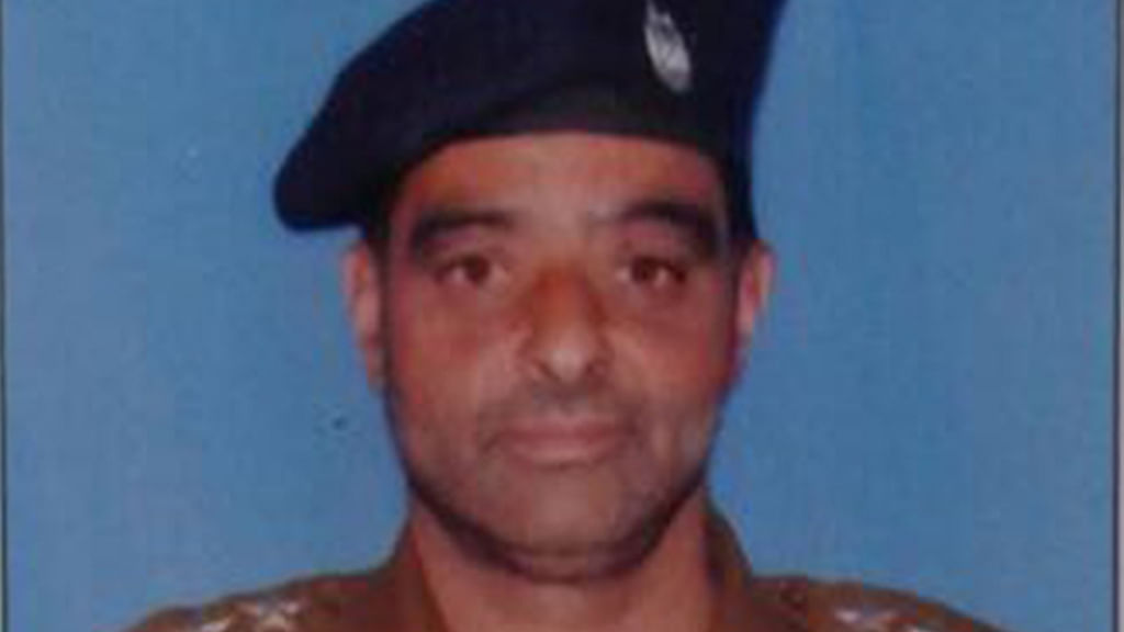 Police officer lynched outside mosque in Srinagar