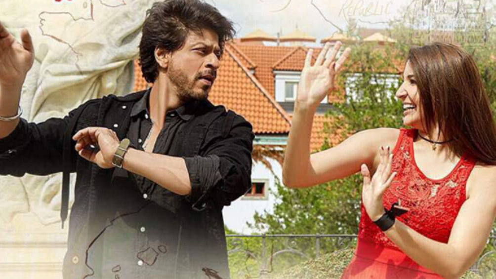 Entertainment: Anushka praises SRK, says he can romance a mike too