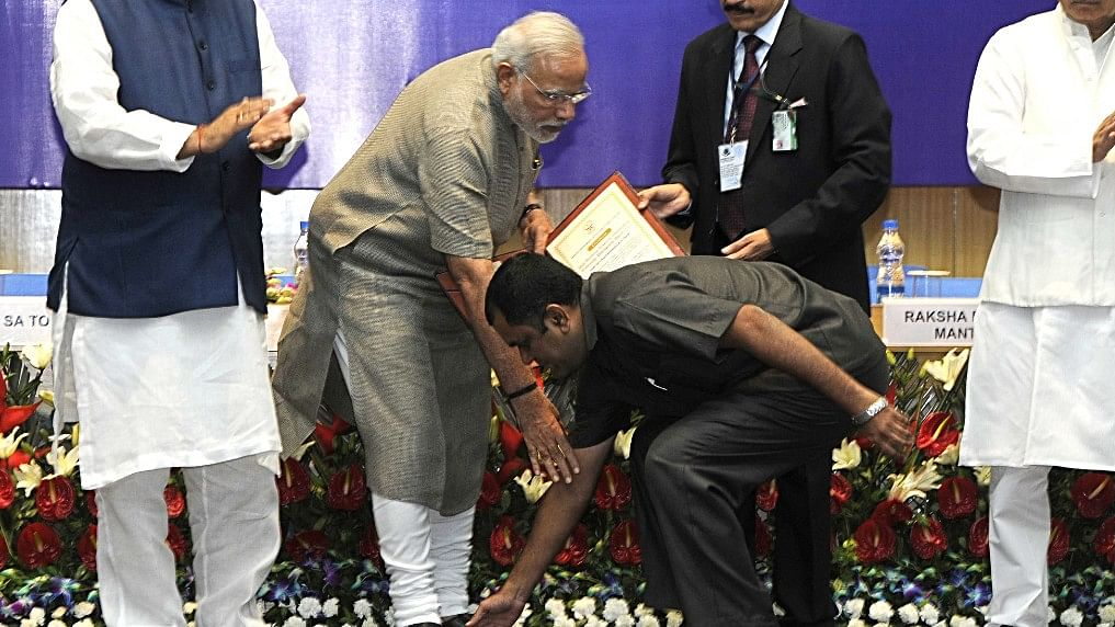 Twitter users call fan touching PM's feet a scripted security breach
