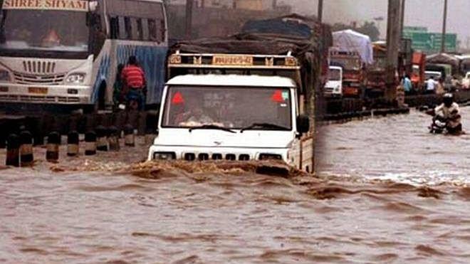 Delhi-NCR: rains halt traffic, leaving people stranded