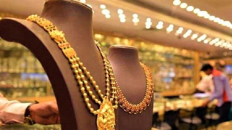 Conman gets book released by Uttarakhand CM, days later dupes jeweller's wife of Rs 1.75 cr