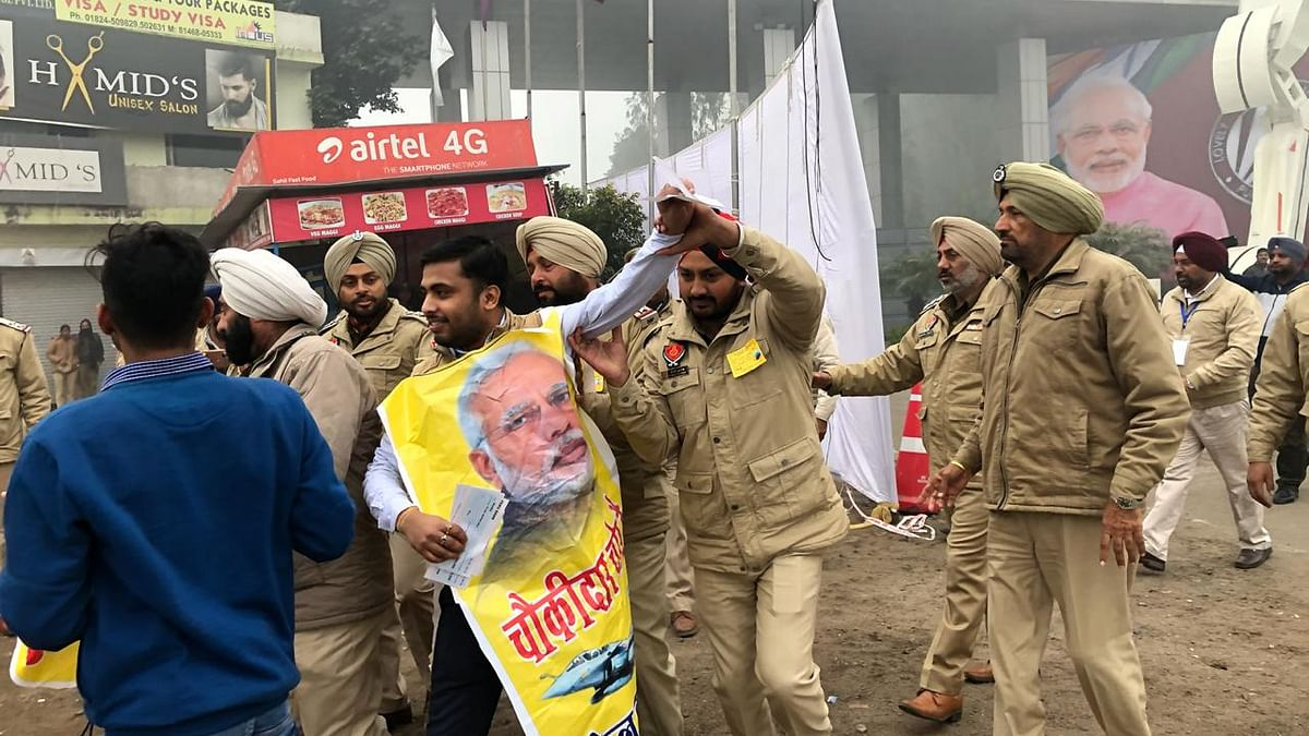 Congress party members detained for protesting against Modi in Jalandhar
