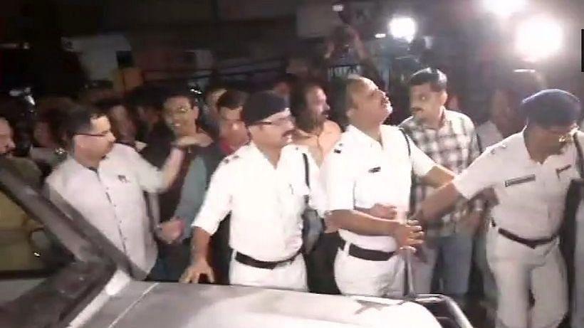 West Bengal police 'detains' CBI team at Kolkata Police Commissioner's house