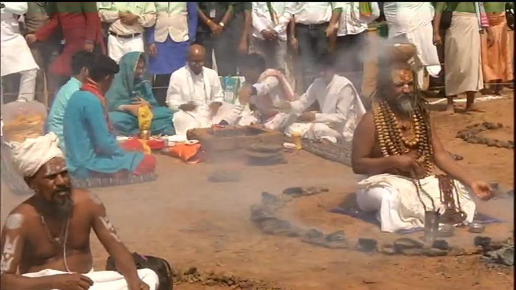 Congress leader Digvijaya Singh performs 'pooja' in the presence of Computer Baba (Social Media)