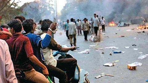Sanjiv Bhatt has alleged  the then Gujarat CM Narendra Modi asked police to give Hindu mobs a free hand during anti-Muslim riots in 2002.