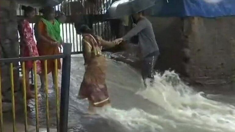 Heavy rains continue to pound Mumbai, schools and colleges shut, people asked not to go near beach