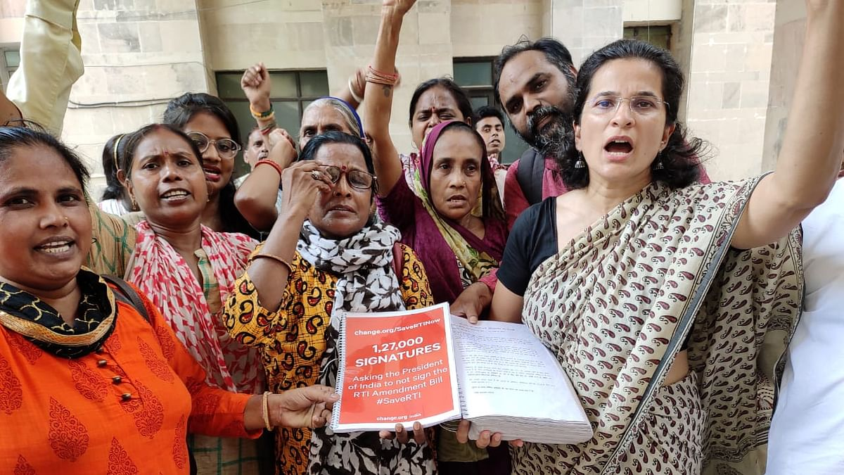 Activists urge President to withhold assent to RTI bill; detained by police