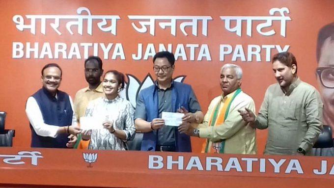 Another type of 'Dangal': Wrestler Mahavir Phogat joins BJP with daughter Babita