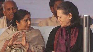 Sonia Gandhi pays tribute to Sushma Swaraj, the politician who threatened to shave off her head in protest