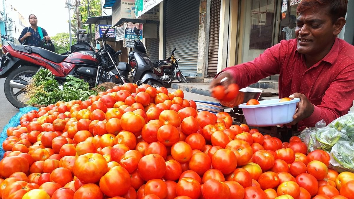 Vegetable prices soar; Onion, tomatoes, garlic stolen in Lucknow
