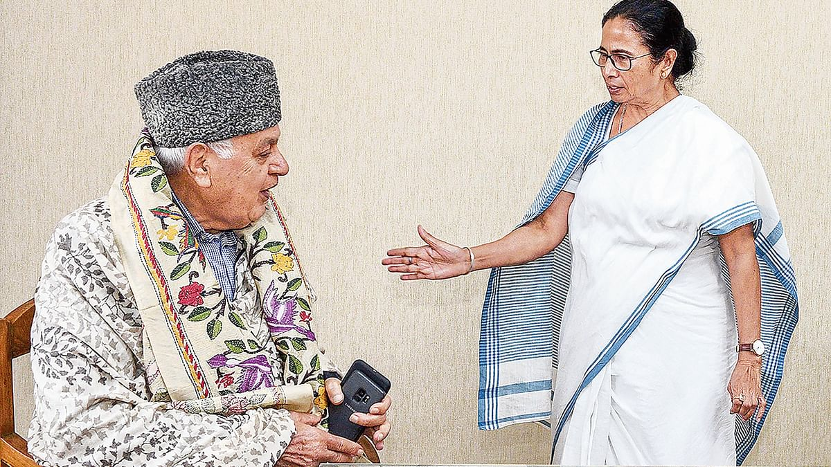 Mamata Banerjee assures Farooq Abdullah of standing by him in 'difficult times'