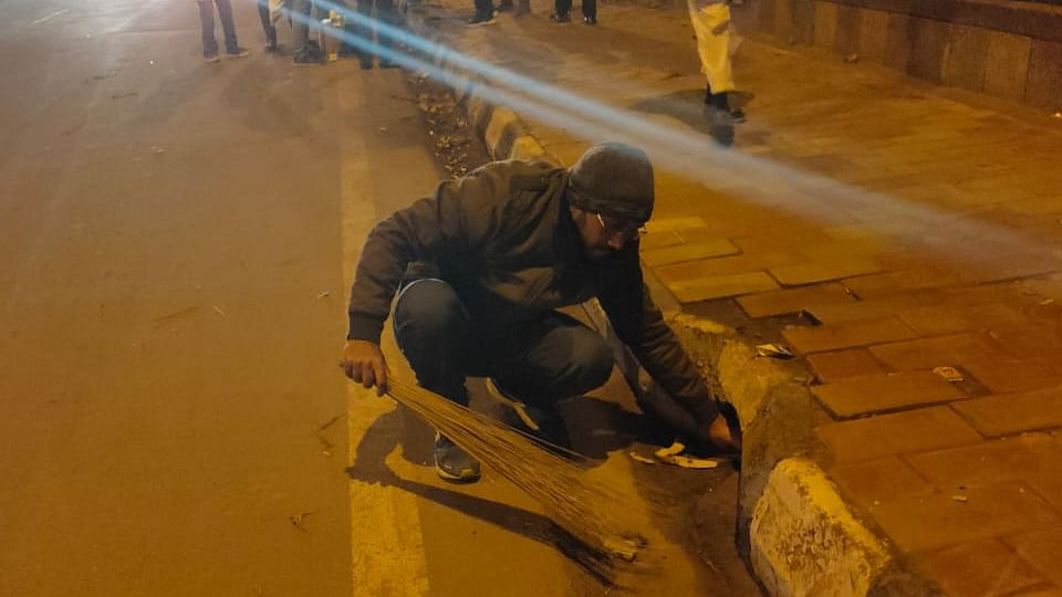 Protesting Jamia students clean up roads, win hearts