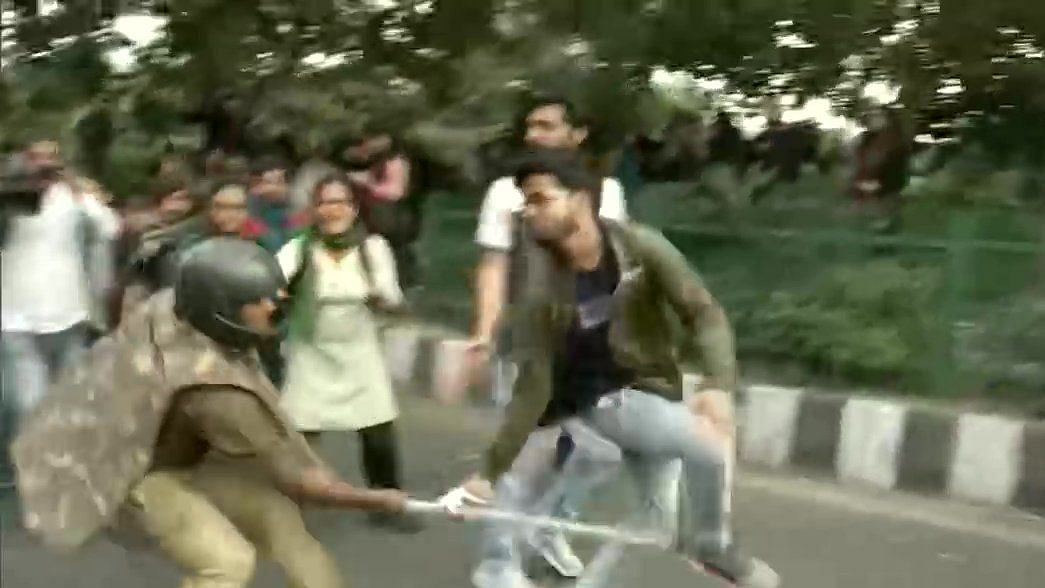 JNU students lathi charged by cops during march to Rashtrapati Bhavan