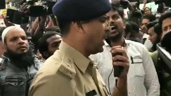 Bengaluru cop opts for a peaceful way to win over protesters, sings National Anthem, video goes viral