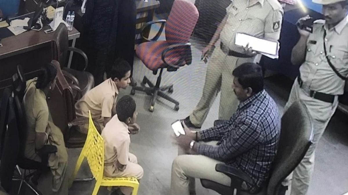 Cops questioning students in Bidar(Photo courtesy- social Media)