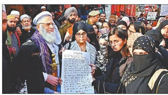 Women presenting the affidavit to the Shahi Imam of Jama Masjid, Ludhiana