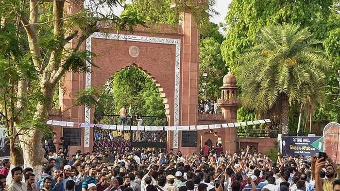Situation worsens in AMU, VC threatens closure; anti nationals will die a dog's death, says Raghuraj Singh