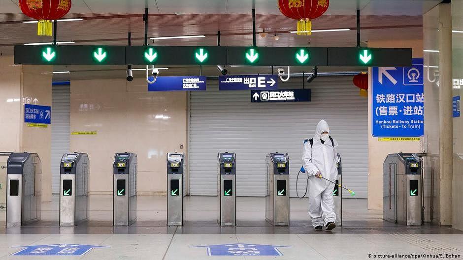 Lift lockdown gradually to avert COVID-19 'second wave': experts