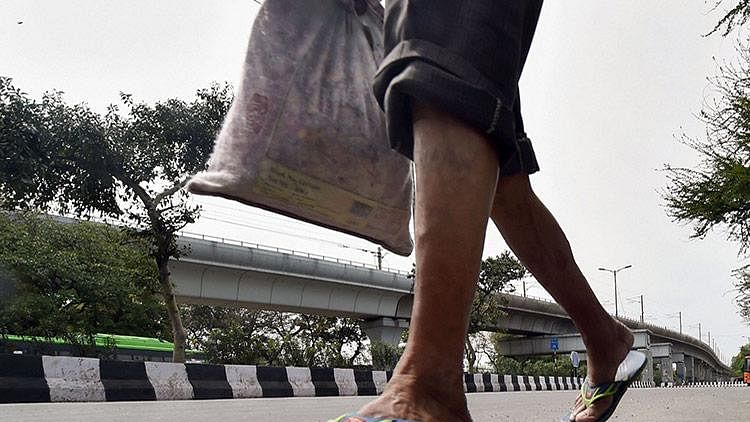 A migrant walks 750 km from Raigad to Chandrapur, receives warm welcome from native village, now quarantined