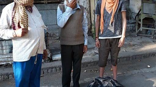 Delhi: Many jhuggi jhopdi clusters near Sarita Vihar face shortage of food, get stale food packages