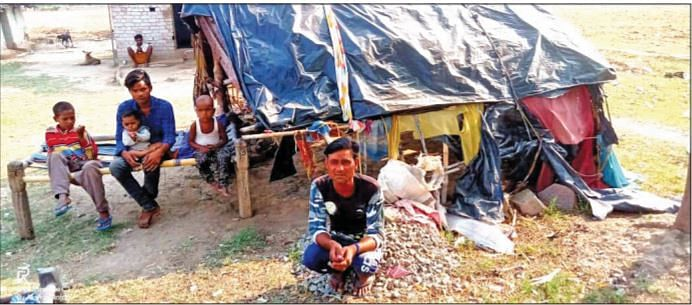 NOT WELCOME: Hostility for Returnees In village Piparhi aselsewhere, migrant workers who have returned, some withfamilies in tow, are met with hostility. Some report to havebeen beaten up as well