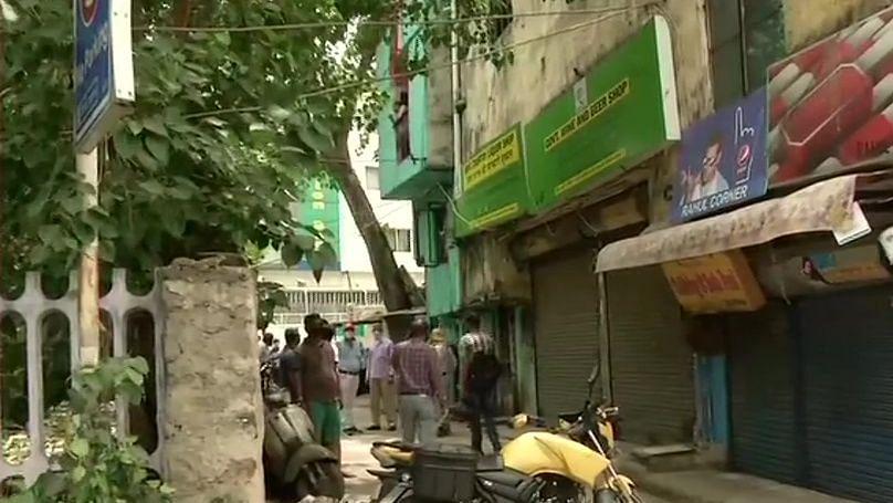 Social distancing norms go for a toss outside Delhi liquor shops