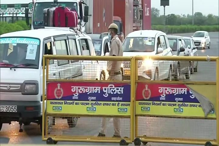 Policemen checking 'pass' and identity card of people at Delhi-Gurugram border