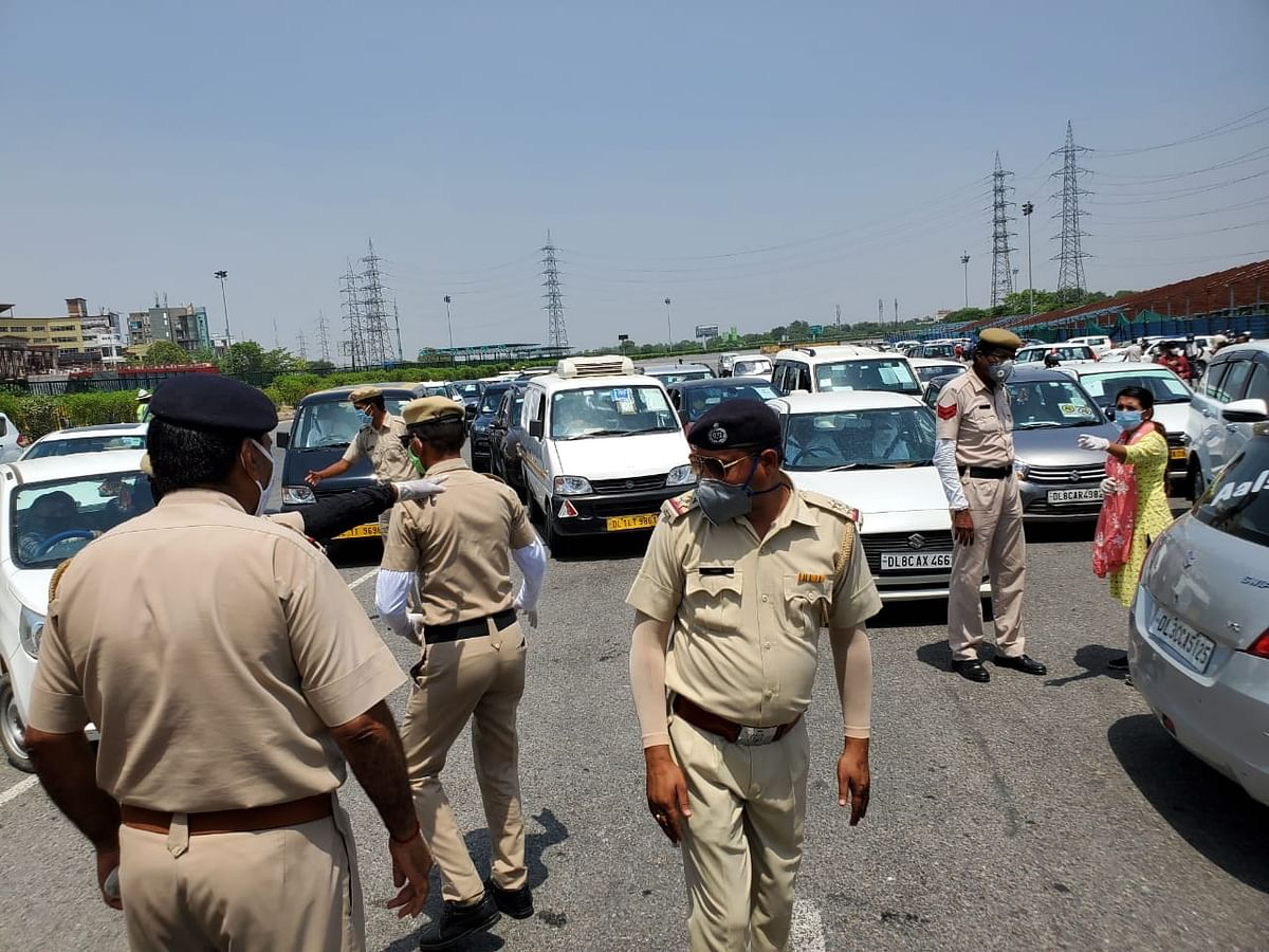 After sudden border restriction,  people are stranded on Delhi-Faridabad border