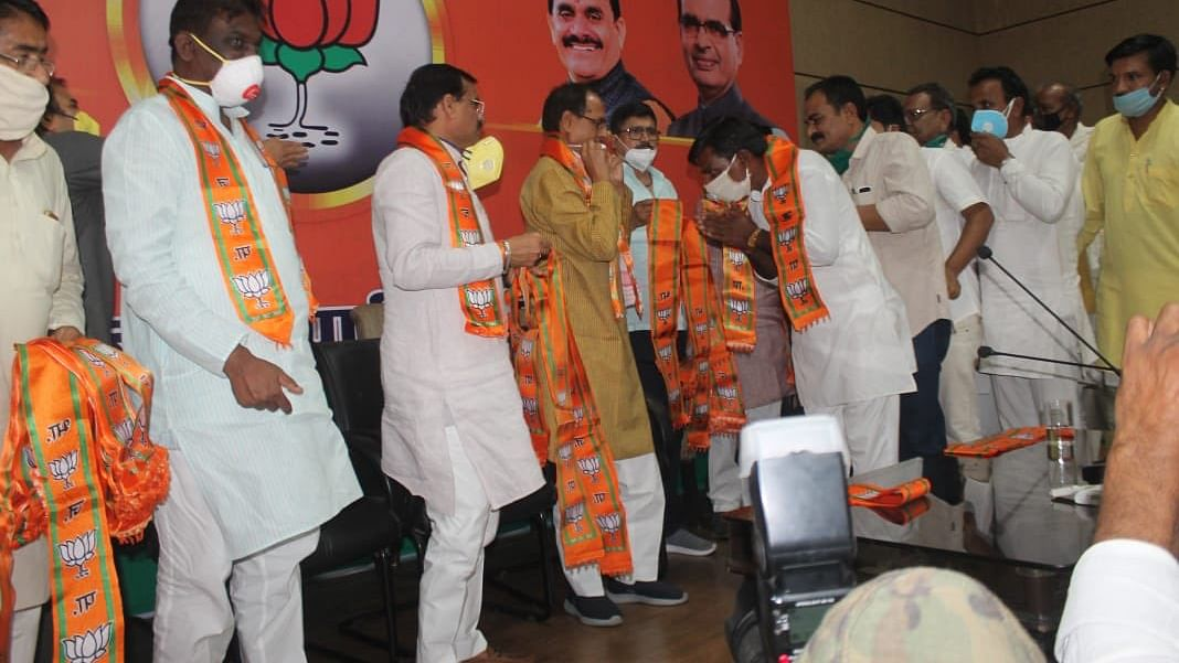 MP CM gives BJP's membership to 200 people, social distancing norms grossly violated at event