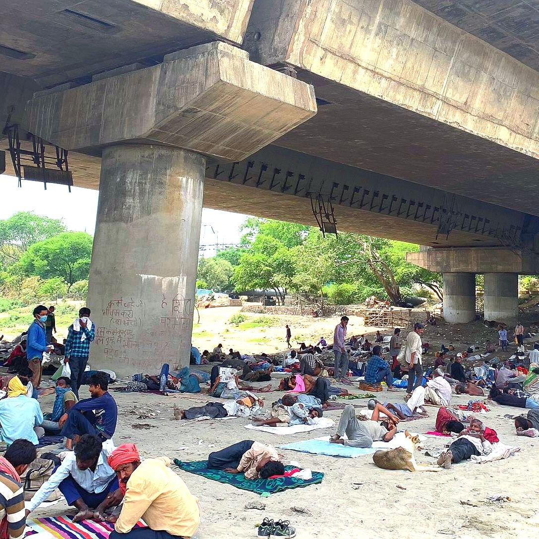 Migrant workers under the Yamuna Bridge in Delhi (File Photo: Twitter)