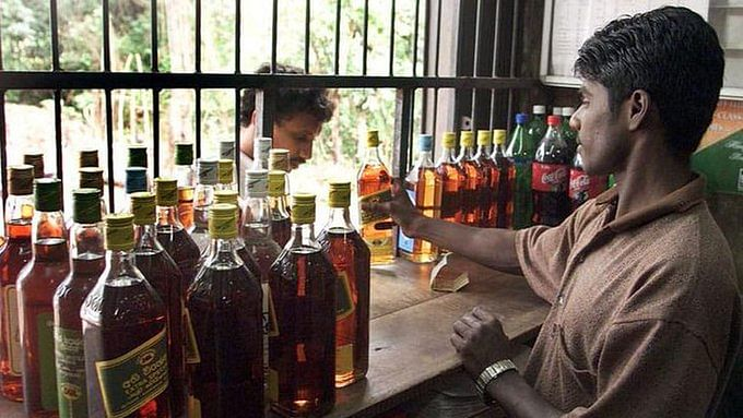 TN govt faces flak for allowing liquor outlets to open
