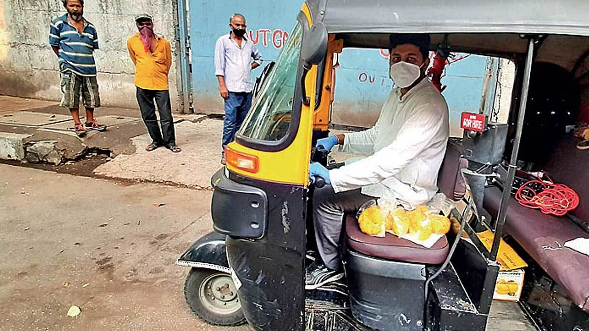 Auto driver uses money saved for wedding to feed migrants