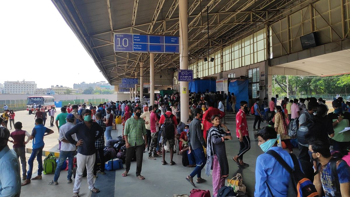 Migrant workers at a bus stand in Bengaluru (Photo courtesy: Twitter)
