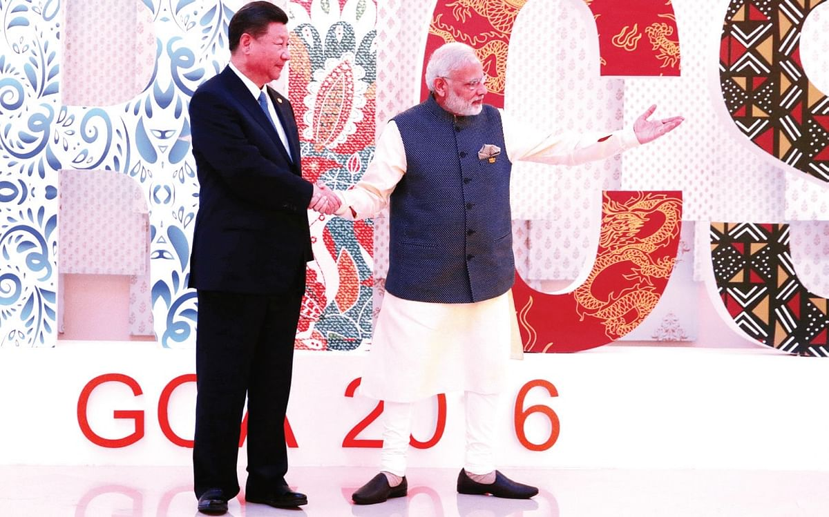 <b>Goa, October 16, 2016: </b>Prime Minister Narendra Modi and Chinese President Xi Jinping shake hands at a welcoming ceremony for the BRICS leaders