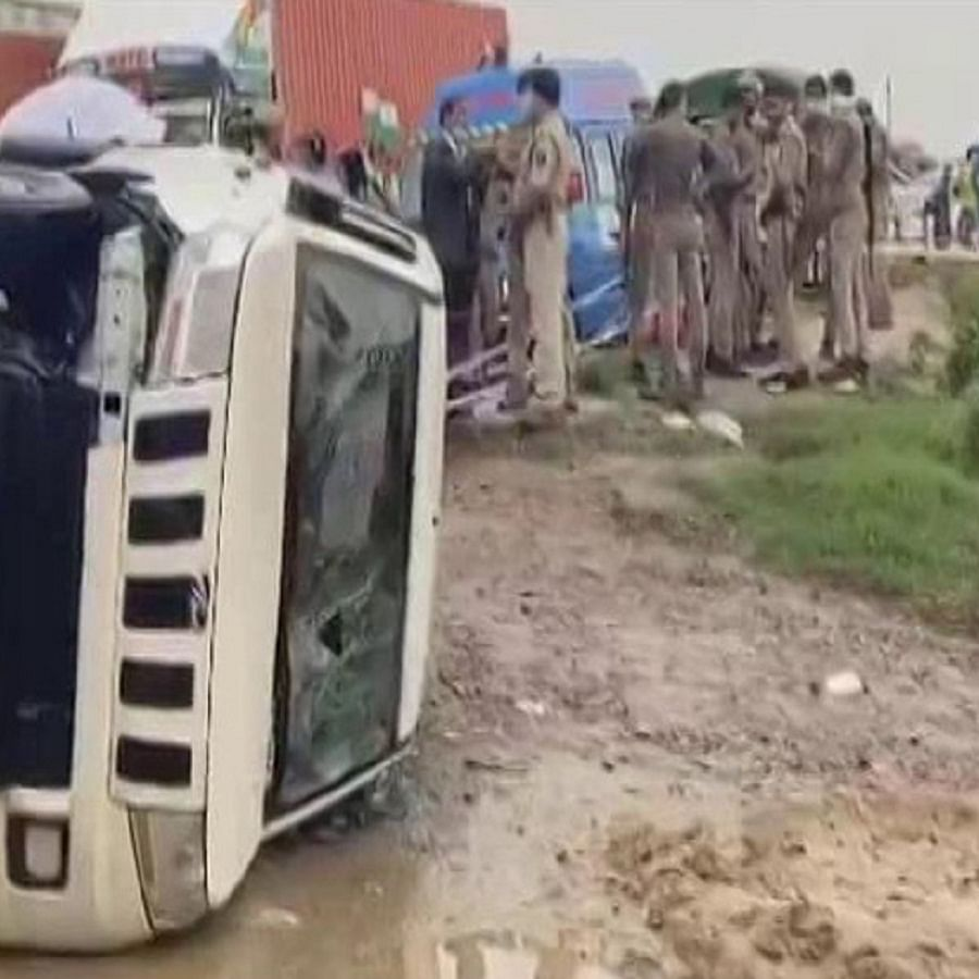 One of the vehicles of the convoy of Uttar Pradesh STF, bringing back Vikas Dubey from Madhya Pradesh to Kanpur overturns (Photo Courtesy: Twitter/@ndtv)