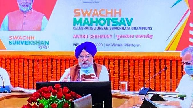 Union Minister Hardeep Singh Puri announcing Swachh Survekshan awards (Photo courtesy: Twitter)
