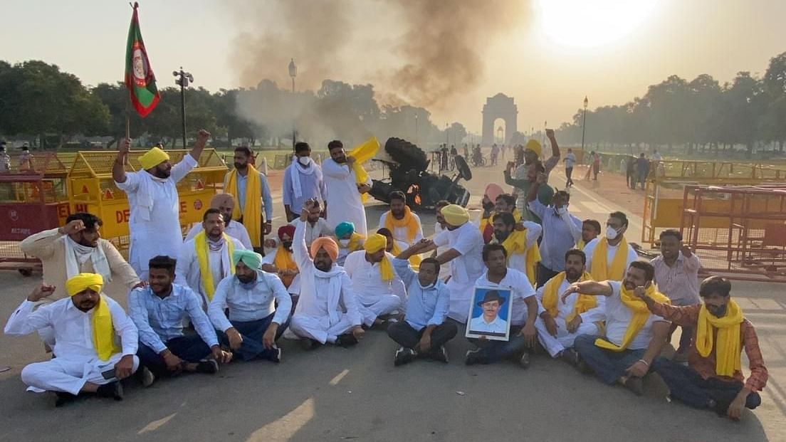 Farm bills: Congress scales up protests; tractor set on fire at India Gate, 5 detained by police
