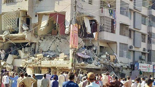 5 dead, 20 injured in Karachi building explosion