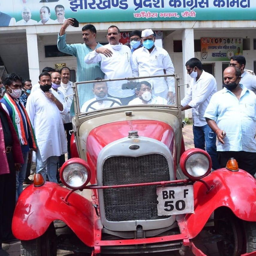 Congressmen of Pradesh Congress Committee on roadshow on Ford car on Gandhi Jayanti this year