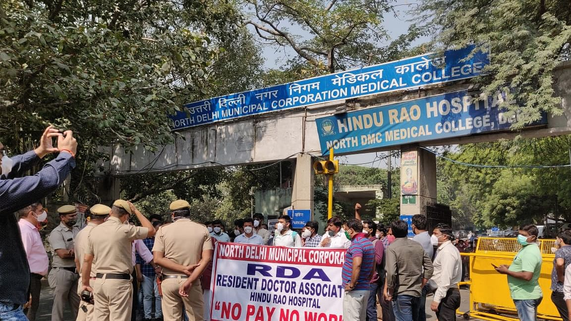 Resident doctors of NDMC hospitals protest at Jantar Mantar over salary dues