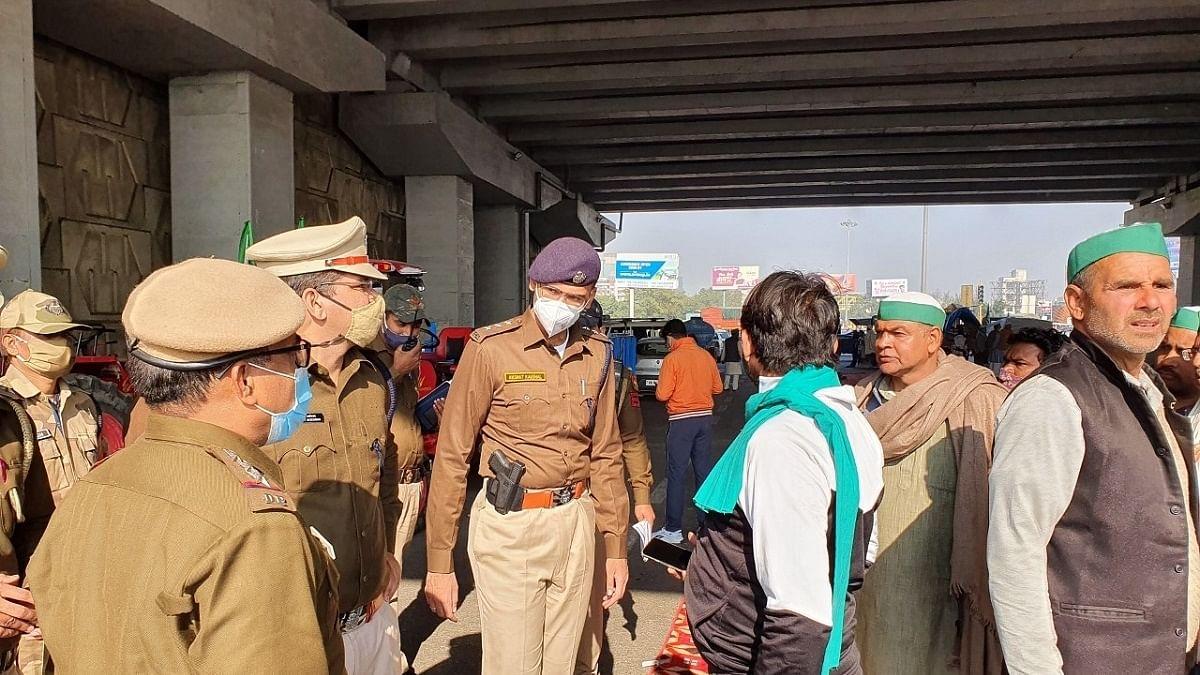 Farmers rally on Delhi-Ghaziabad border, police holds talks