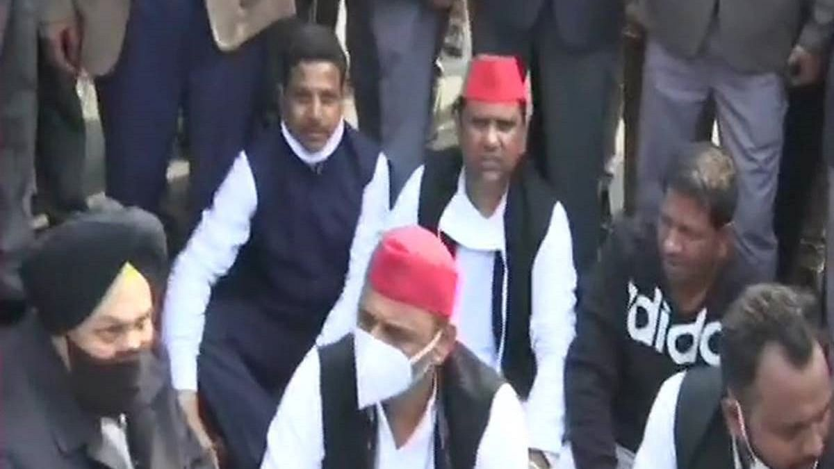 Cops detain SP chief Akhilesh Yadav after he sits on dharna on road, breaks cordon