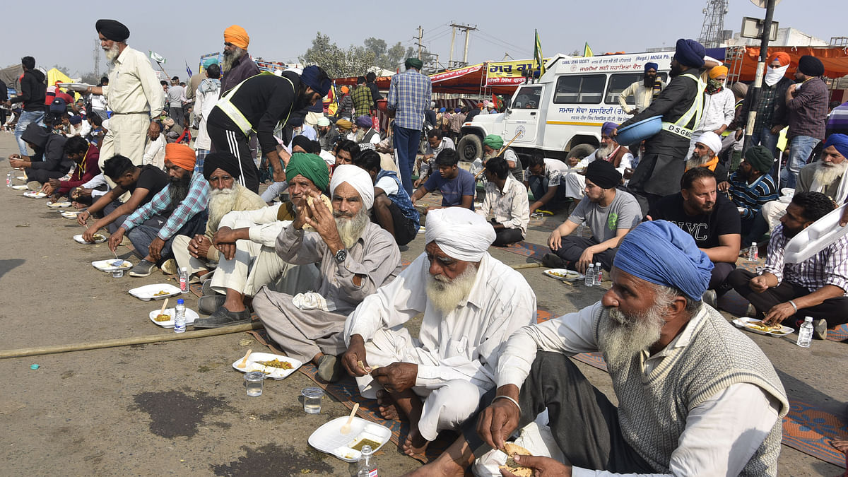 Farmers eating food during their 'Delhi Chalo' protest march against the Centre's new farm laws, at Singhu border on December 2, 2020 in New Delhi, India. (Photo by Sonu Mehta/Hindustan Times via Getty Images)