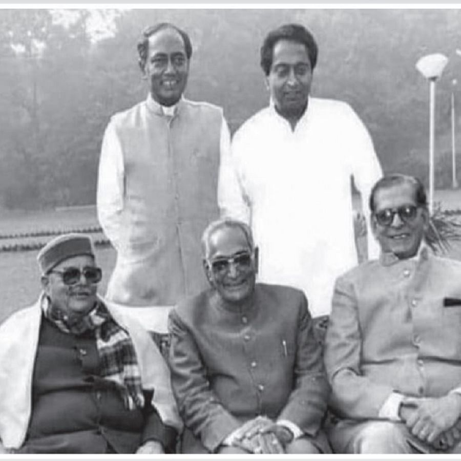 Motilal Vora posing with Arjun Singh, Kamal Nath, Digvijay Singh and Shyama Charan Shukla