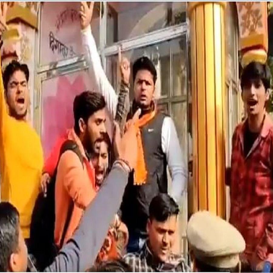 Screen grab from the video (Photo Courtesy: Twitter/@Benarasiyaa)
